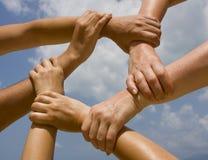 Mains de jointure dans la chaîne Images libres de droits