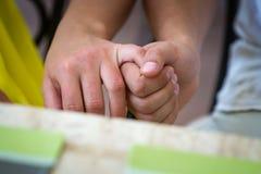 Mains de jointure de couples Photographie stock