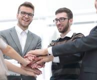 Mains de jointure debout d'équipe d'affaires ensemble Photos stock