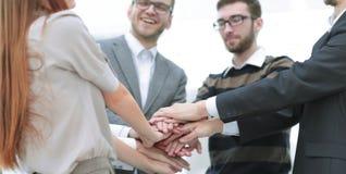 Mains de jointure debout d'équipe d'affaires ensemble Photo stock