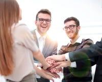 Mains de jointure debout d'équipe d'affaires ensemble Image libre de droits
