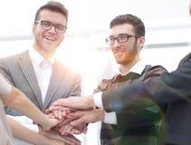 Mains de jointure debout d'équipe d'affaires ensemble Image stock