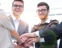 Mains de jointure debout d'équipe d'affaires ensemble Images libres de droits