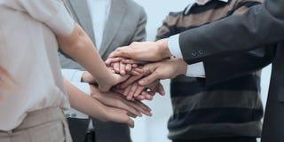 Mains de jointure debout d'équipe d'affaires ensemble Photo libre de droits