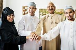 Mains de jointure de famille heureuse dépeignant le concept de travail d'équipe et d'unité Photo libre de droits
