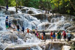 Mains de jointure de personnes tout en marchant vers le haut des roches en cascade des jardins de Konoko, Ocho Rios, Jama?que, la images stock