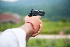 Mains de l'homme avec l'arme à feu photos libres de droits