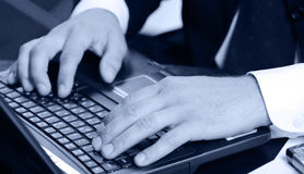 Mains de l'homme d'affaires au-dessus de l'ordinateur portatif de clavier Photographie stock libre de droits