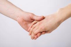Mains de l'homme et de la femme holfing ensemble Images libres de droits