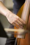 Mains de l'homme jouant la basse photos libres de droits