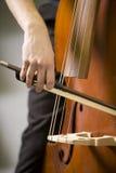 Mains de l'homme jouant la basse Image stock