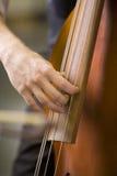 Mains de l'homme jouant la basse Photographie stock libre de droits