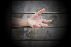 mains de l'homme se reposant en prison Images stock