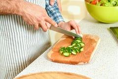 Mains de la cuisson de couples Images libres de droits