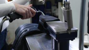 Mains de la femme à l'aide de l'équipement pour le nettoyage à sec banque de vidéos