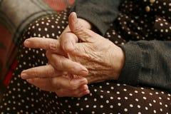 Mains de la femme âgée Photo libre de droits