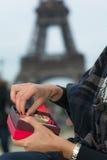 Mains de la jeune femme caucasienne ouvrant un boîte-cadeau avec le tre doux Images stock