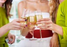 Mains de la jeune mariée et des amis nuptiales jugeant de verre avec le champag Photos libres de droits