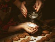 Mains de la mère et de la fille préparant des biscuits photo libre de droits