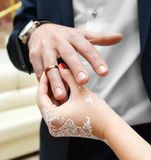 Mains de la mariée et du marié Photographie stock