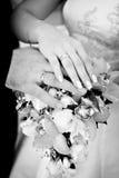 Mains de la mariée et du marié avec des boucles Images libres de droits