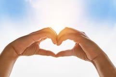 Mains de la silhouette deux faisant la forme de coeur de forme Images libres de droits