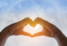 Mains de la silhouette deux faisant la forme de coeur de forme Photos libres de droits