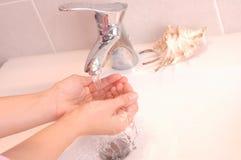 Mains de lavage Photo stock