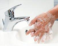 Mains de lavage avec de l'eau le savon et photos libres de droits
