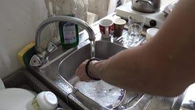 Mains de lavage avec du savon banque de vidéos