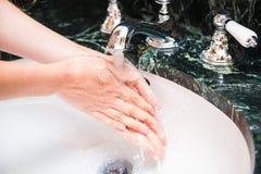 Mains de lavage avec du savon Thème d'hygiène et de propreté images stock