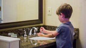 Mains de lavage d'enfant banque de vidéos