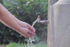 Mains de lavage de femme image libre de droits