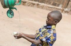 Mains de lavage de nettoyage - symbole d'hygiène pour les enfants africains Image libre de droits