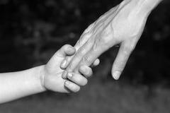 Mains de mère et d'enfant Photo stock