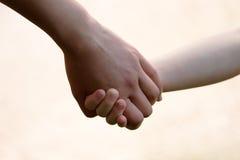 Mains de mère et d'enfant Photographie stock libre de droits