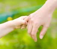 Mains de mère et d'enfant Photographie stock