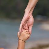 Mains de mère et d'enfant Images libres de droits