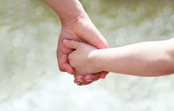 Mains de mère et d'enfant Image libre de droits