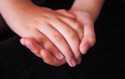 Mains de mère et d'enfant, Espagne Images stock