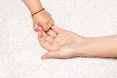 Mains de mère et de chéri Photographie stock libre de droits