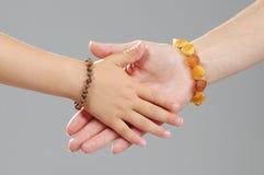 Mains de mère et de fille de concept de la famille ensemble Photo libre de droits