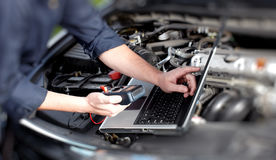 Mains de mécanicien de voiture images libres de droits