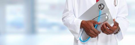 Mains de médecin avec le presse-papiers photographie stock libre de droits