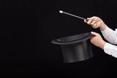 Mains de magicien avec le chapeau et la baguette magique magiques image stock