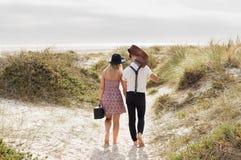 Mains de marche de fixation de couples Images stock
