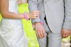 Mains de marié de jeune mariée de l'homme et de femme dans des menottes Photos libres de droits
