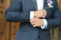 Mains de marié de mariage dans un costume elengant étant prêt details photos stock