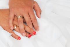 Mains de mariée et de marié Images libres de droits
