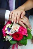 Mains de mariée et de marié avec la boucle d'or de mariage Image libre de droits